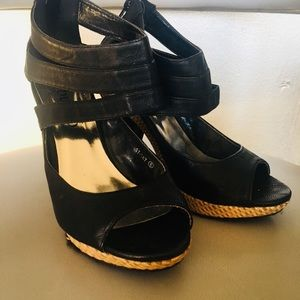 Black sandals with wicker details